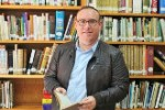 manuel-guirado-en-la-biblioteca-municipal-de-salobrec267