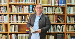 manuel-guirado-en-la-biblioteca-municipal-de-salobrec3b1a